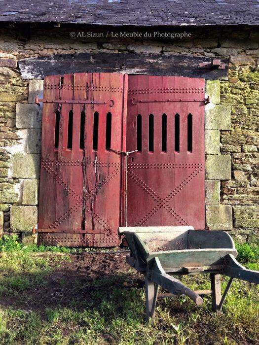 Porte rouge grange